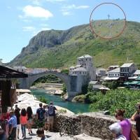 Fig. 24. Croce cattolica che domina il panorama della città sul Monte Hum