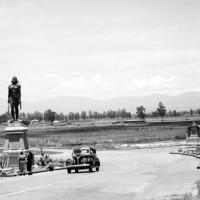 Fig. 18. Alejandro Casarín, statue bronzee di Itzcóatl e Ahuítzotl (1888), collocate all'entrata nord della città nel 1901, dove furono ritratte in questa foto scattata nel 1939.