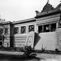 Fig. 16. Facciata del padiglione messicano all'Esposizione Universale di Parigi, 1889. A lato della scalinata, i tre bassorilievi di sovrani aztechi realizzati da Jesús F. Contreras e oggi nel Jardín de la Triple Alianza.