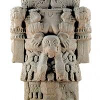 """Fig. 5. Statua azteca raffigurante Coatlicue, """"Colei dalla Gonna di Serpenti""""."""