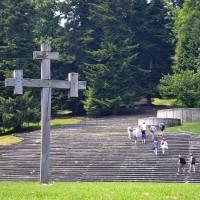 Fig. 19. Croce ortodossa di fronte alla scalinata di accesso al monumento della rivoluzione