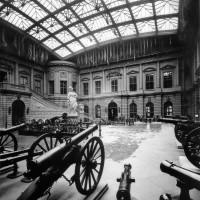 Fig. 1. Museo dell'Esercito alla Zeughaus, Berlino. Veduta della corte vetrata con l'esposizione delle armi nel 1908