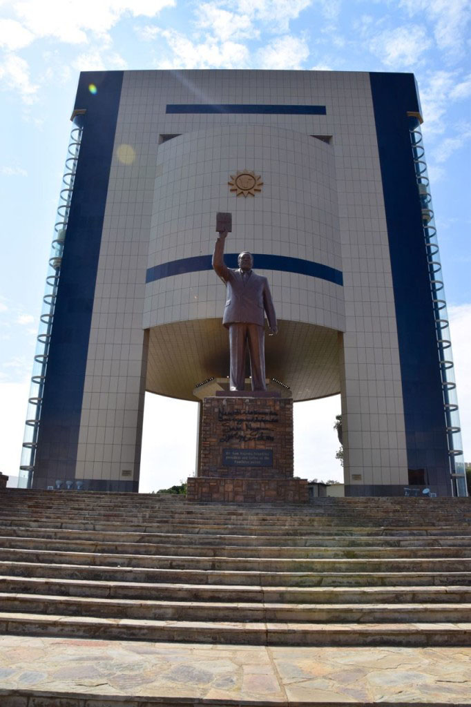 Fig. 10: Independence Memorial Museum e statua di Sam Nujoma. Fonte: http://world-adventurer.com