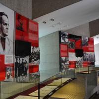 Fig. 17. Interni del museo del parco Kozara con la vecchia mostra del periodo socialista recentemente ricollocata