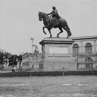Fig. 11. Statua equestre di Carlo IV all'incrocio tra Avenida Bucareli e il Paseo de la Reforma in una foto di William Jackson, ca. 1880.
