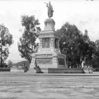 Fig. 13. Miguel Noreña, statua di Cuauhtémoc nel Paseo de la Reforma in una foto di William Jackson, ca. 1880. Sulla base del monumento compaiono i nomi di altri celebri sovrani aztechi.