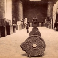 Fig. 14. La Galleria dei Monoliti nel Museo Nacional, ca. 1887. Si notino la Coatlicue, sul fondo, e la Piedra del Sol, a destra.