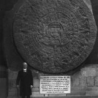 Fig. 15. Porfirio Díaz davanti alla Piedra del Sol, 1887.