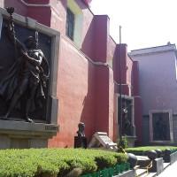 Fig. 17. Jesús Contreras, bassorilievi raffiguranti sovrani aztechi (1888) nella loro attuale collocazione nel Jardin de la Triple Alianza.