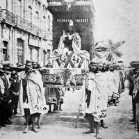 Fig. 19. Figurante mascherato da Cuauhtémoc nella parata organizzata il 15 settembre 1910 per celebrare il centenario dell'Indipendenza.