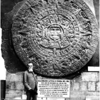 Fig, 21. Il Presidente Venustiano Carranza davanti alla Piedra del Sol, 1917.