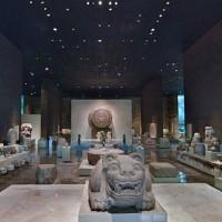 Fig. 28. Sala Mexica del Museo Nacional de Antropología. Al centro la Piedra del Sol; la Coatlicue, non visibile nella foto, si trova sul lato sinistro della sala.