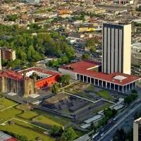 Fig. 29. Vista aerea della Plaza de las Tres Culturas. Si notino le rovine dei templi dell'antica città azteca di Tlatelolco, la chiesa di Santiago con l'annesso convento francescano e la Torre di Tlatelolco, uno dei moderni edifici progettati da Pedro Ramírez Vázquez.