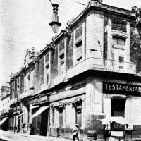 Fig. 3. Palazzo dei Conti di Santiago Calimaya con testa di serpente azteca incastonata alla base dell'edificio, in una foto del 1920 ca.