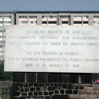 Fig. 30. Lapide posta nella piazza di Tlatelolco in memoria della battaglia con la quale gli Spagnoli piegarono la resistenza dell'esercito azteco.