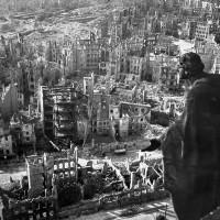 Fig. 2.. Veduta del centro di Dresda in rovina dopo il bombardamento del 13 e 14 Febbraio 1945