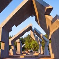 Fig. 11. Mausoleo del martirio dei villaggi polacchi, Michniów, Polonia. Progetto architettonico di Mirosław Nizio, in costruzione