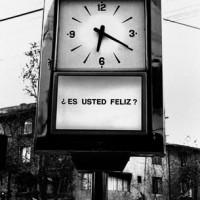 Fig 10. Fotografia di una delle installazioni di Estudio sobre la felicidad, Alfredo Jaar, Santiago del Cile, 1980.