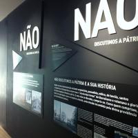 """Fig. 11. Propaganda salazarista: """"Dio, Patria e Famiglia"""" (dall'esposizione permanente del Museu do Aljube)."""
