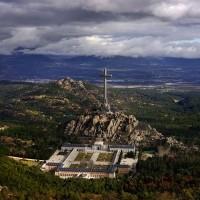 Fig. 2. Valle de los Caídos: panoramica della valle, con in primo piano l'Abbazia benedettina della Santa Croce (fonte: https://es.wikipedia.org/wiki/Valle_de_los_Caídos).