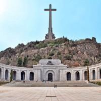Fig. 3. Valle de los Caídos: facciata e scalinata d'accesso della Basilica della Santa Croce (fonte: https://es.wikipedia.org/wiki/Valle_de_los_Caídos).